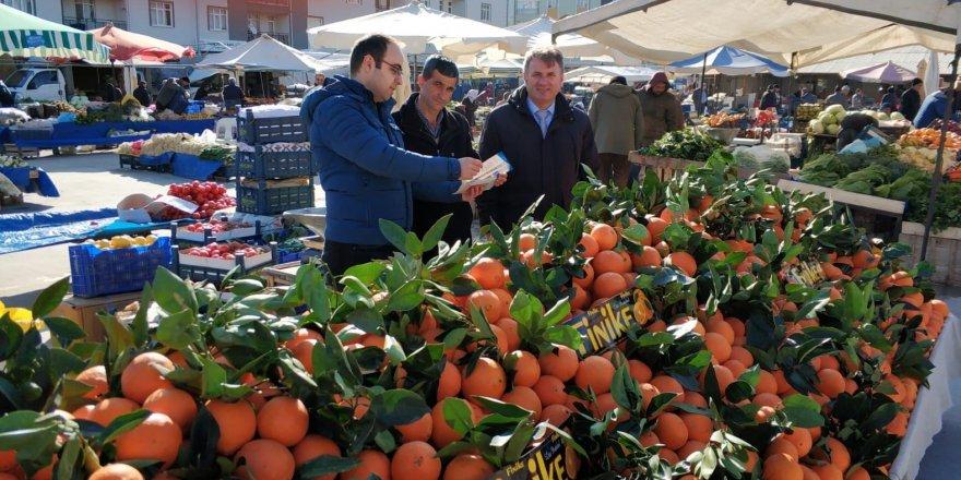 Pazar yerindeki meyve satıcıları meyve sineği zararlısına karşı bilgilendirildi