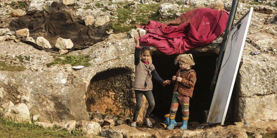 Mağaraya Sığınan İdlibli Aile Sırtlanlara Karşı Nöbet Tutuyor
