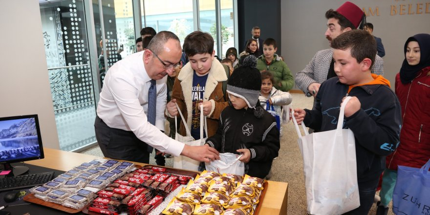 Başkan Kavuş, çocuklara şivlilik dağıttı