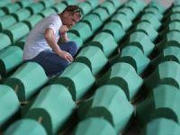 Srebrenitsa kurbanlarının tabutları Potoçari Şehitliğinde