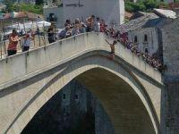 Srebrenitsa kurbanlarını anmak için Mostar Köprüsü'nden 'sessizce' atladılar