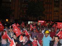 Vatan Bayrak Aşkıyla Meydanlar Dolup Taşıyor