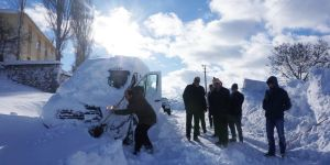 Öğrenci servisi kar fırtınasında mahsur kaldı
