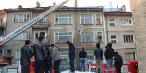 Suriyelilerin kaldığı apartmanın çatısında yangın