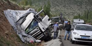 Konya'da kamyon iş makinesine çarptı
