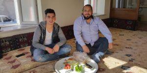 Muhammet Yıldırım ve Hüseyin Bayram kahvaltıda