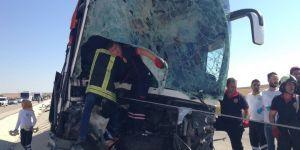 Konya'da Yolcu Otobüsü İş Makinesine Çarptı