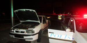 Otomobil kaldırıma çarptı: 2 yaralı
