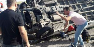 Lastiği patlayan kamyonet devrildi: 1 yaralı
