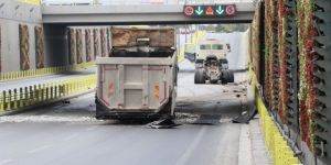 Damperli kasası açılan kamyon alt geçide çarparak ikiye ayrıldı