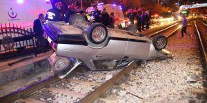 Otomobil tramvay yoluna girdi: 2 yaralı