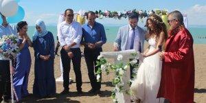 Doktor çift, Beyşehir Gölü kıyısındaki plajda evliliğe 'evet' dedi