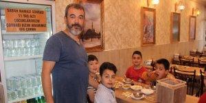 Sabah namazına camiye gelen çocuklara çorba ikram ediyor