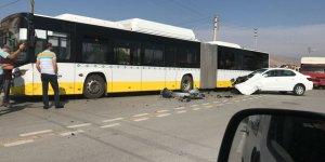 Otomobil ile belediye otobüsü çarpıştı