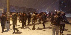 Konya'da üniversite öğrencileri kar altında halay çekti, kar topu savaşı yaptı