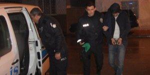 Hırsızlık için girdikleri evden kaçmak isterken polise yakalandılar