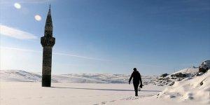 Buz Tutan Barajdaki Minare İlgi Çekiyor