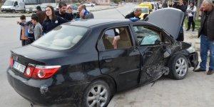 Hafif ticari araçla otomobil çarpıştı: 5 yaralı
