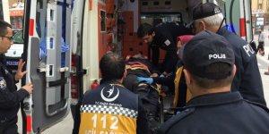 Araç durdurmak için yola çıkan polise otomobil çarptı