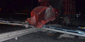 Konya'da Yön Levhasına Çarpan Tırın Sürücüsü Öldü