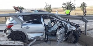 Otomobil Bariyerlere Çarptı: 5 Yaralı