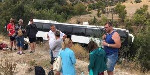 Konya'da Turistleri Taşıyan Otobüs Şarampole Devrildi: 3 Yaralı
