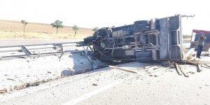 İnşaat malzemesi taşıyan kamyonet devrildi: 1 yaralı