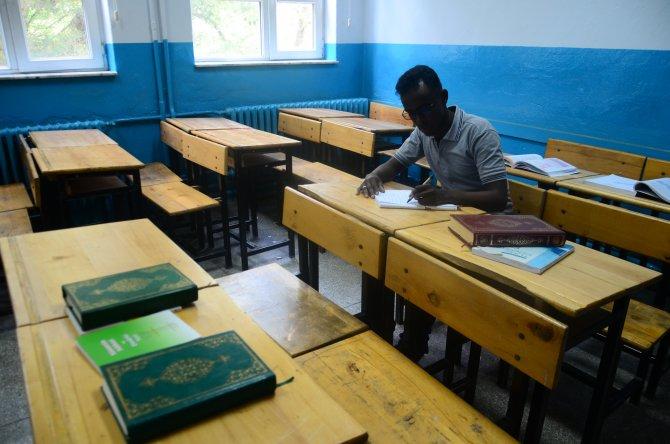 """Somalili öğrenciden """"Somalice-Türkçe"""" sözlük"""