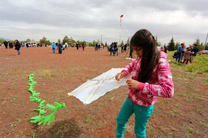 Çocukların uçurtma şenliğinde büyükler eğlendi