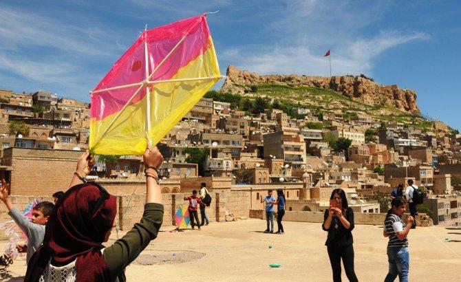 Mardin'de yüzlerce uçurtma gökyüzünde