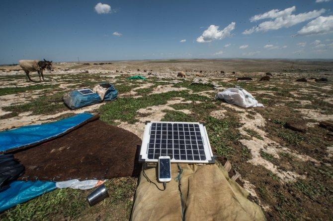 Çobanların telefon şarjı eşek sırtındaki güneş panellerinden
