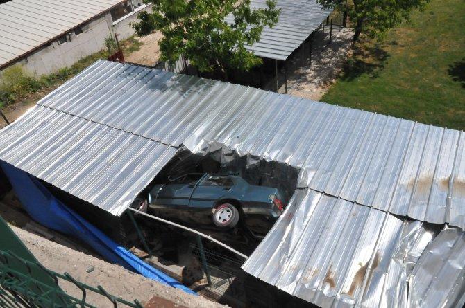 Köpek barınağının çatısına otomobil düştü: 1 yaralı