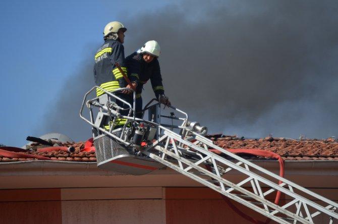 Malatya'da eski devlet hastanesi çatısında yangın