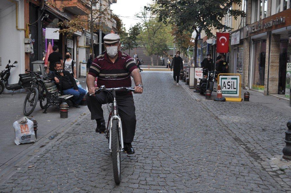 Konyaspor taraftarına üçlü çektiren Akay dayı bisikletten inmiyor