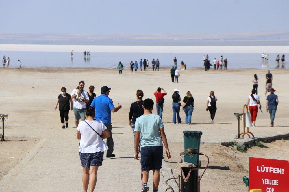 Tuz Gölü'nde yürüme turizmi bayramda da sahillerdeki yoğunluğu aratmadı