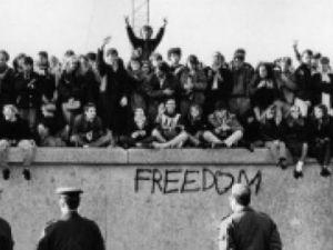 Berlin Duvarı'nın izlerini takip eden Işıklı Sınır'ı gezin