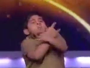 8 Yaşındaki Hintli Çoçuğun İlginç Dansı