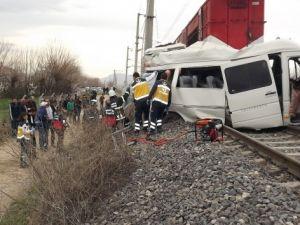 Trenle öğrenci servisi çarpıştı: 1 ölü, 16 yaralı
