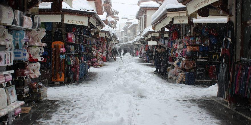 Esnaf karla mücadele ediyor