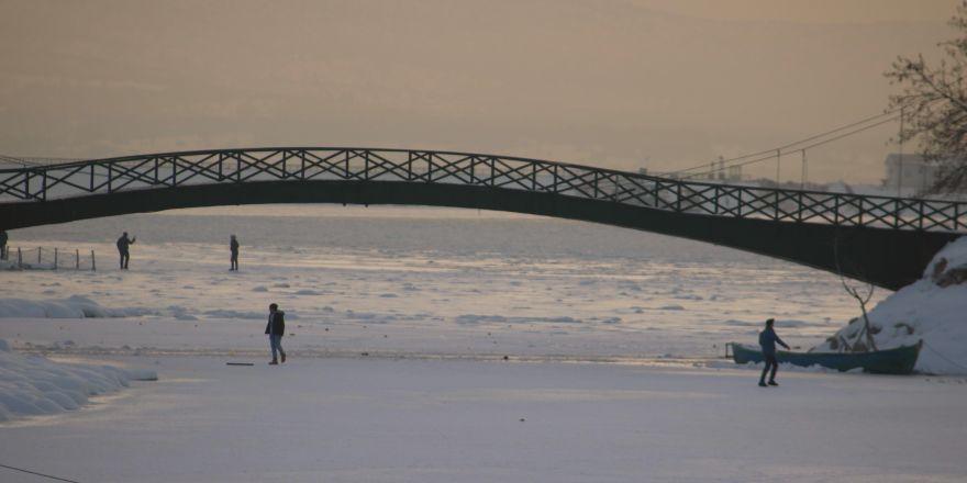 Buz tutan gölde tehlikeli yürüyüş