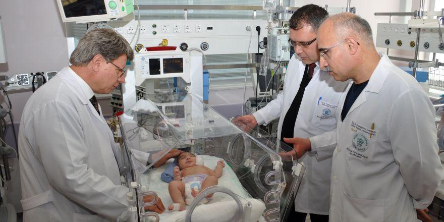 Kafasından büyük kafatası ile dünyaya gelen bebek sağlığına kavuştu