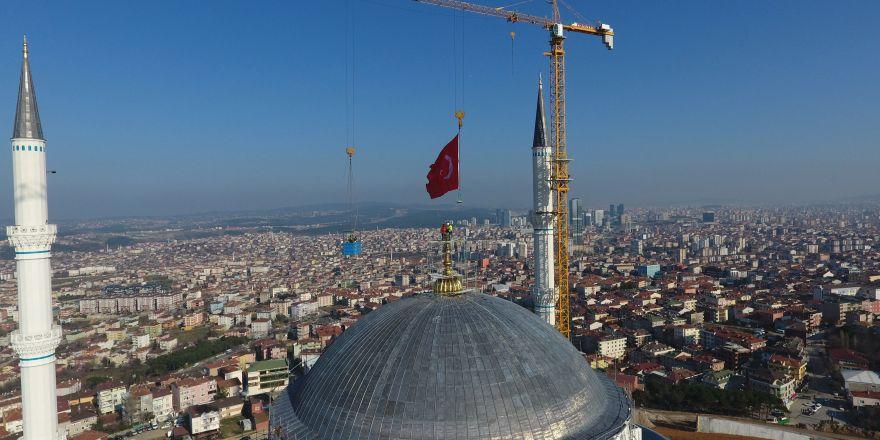 Çamlıca Camii'nin 'hilal'i törenle yerine konuldu