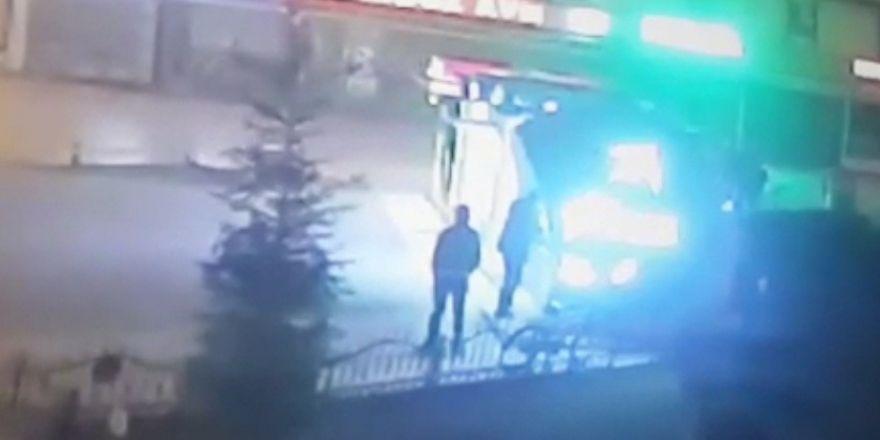 ATM'den para çekerken bıçaklanıp gasp edildi