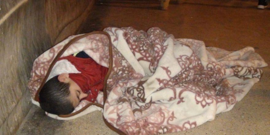 Sokakta battaniye sarılı uyuyan çocuk yürekleri sızlattı