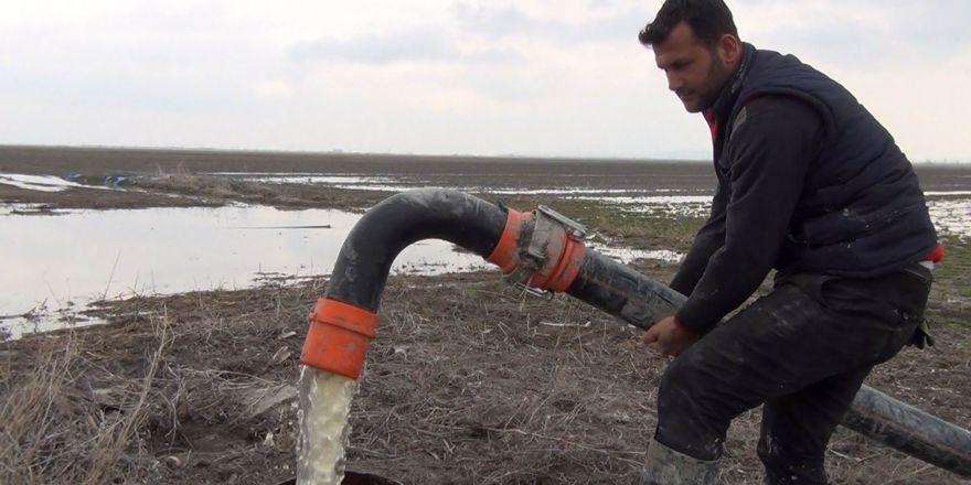 Yüzey suları boru döşenerek kuyulara aktarılıyor