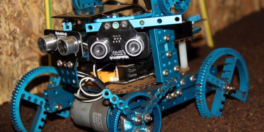 Ortaokul öğrencisinden tarla süren robot