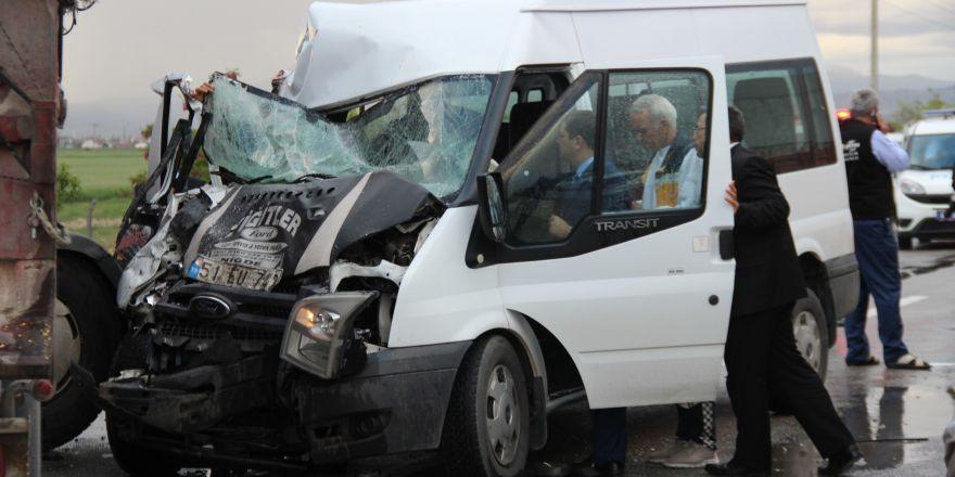 Konya'da tır, minibüse çarptı