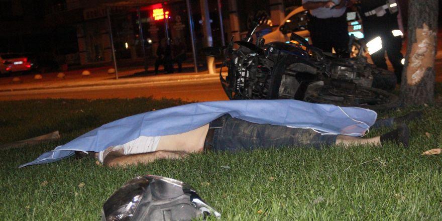 Motosiklet ağaca çarptı:1 ölü, 1 ağır yaralı