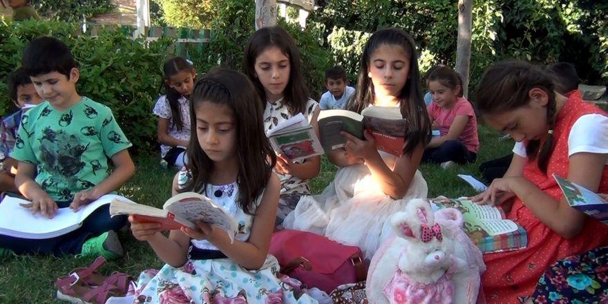 Kitap okumak için her gün parkta buluşuyorlar