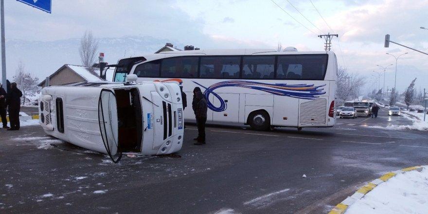 Konya'da öğrenci servisi ile yolcu otobüsü çarpıştı: 18 öğrenci yaralı
